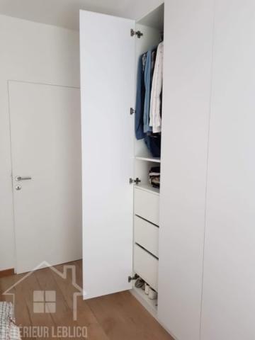 Dressing blanc sur mesure personnalisé portes battantes et tiroirs, tringles et étagères