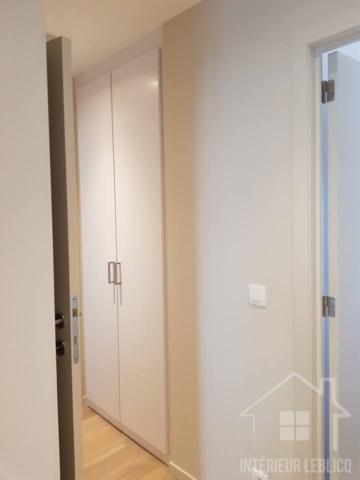Réalisation d'un placard encastré sur-mesure dans un appartement à Bruxelles