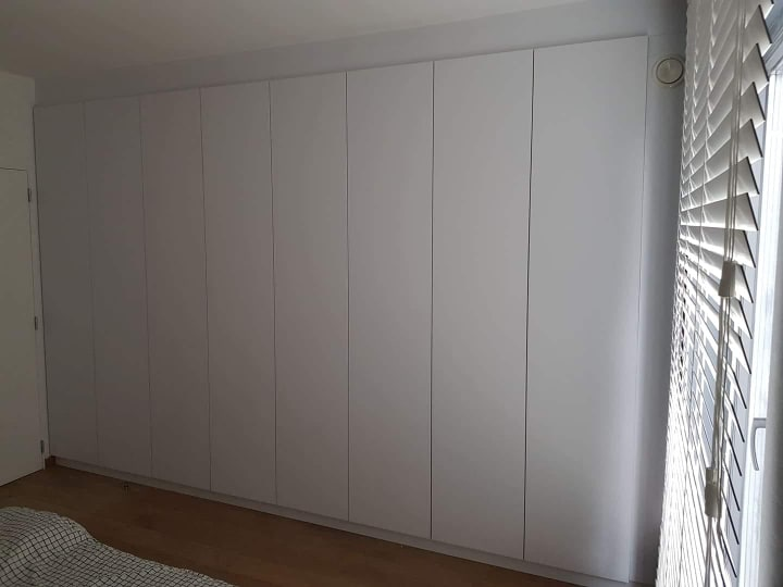 Dressing blanc sur mesure pratique et design, portes battantes