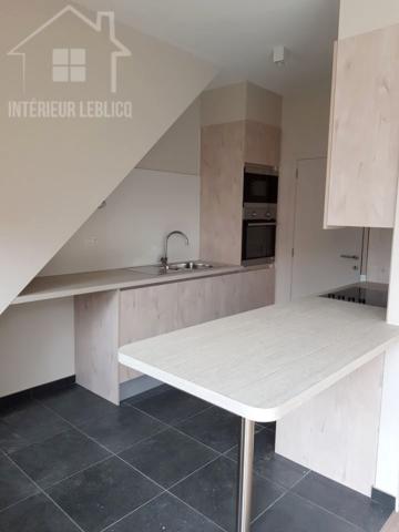 Cuisine en sous-pente dans un immeuble à appartements à Bruxelles
