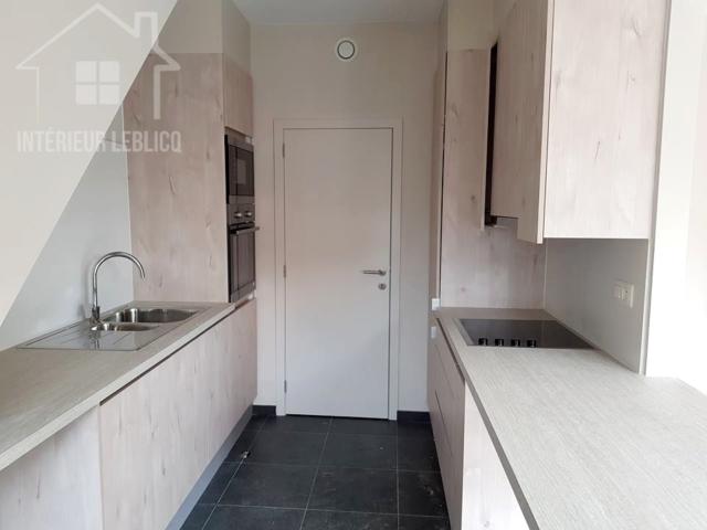 Fabrication et pose d'une cuisine en sous-pente à Bruxelles, dans un immeuble à appartements