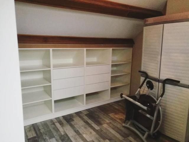 aménagement de grenier avec meubles en sous-pente et tiroirs pour plus de rangements