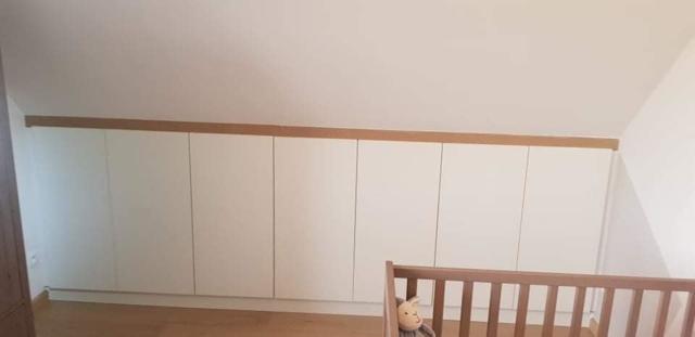 Rangement en sous-pente pour une chambre d'enfant