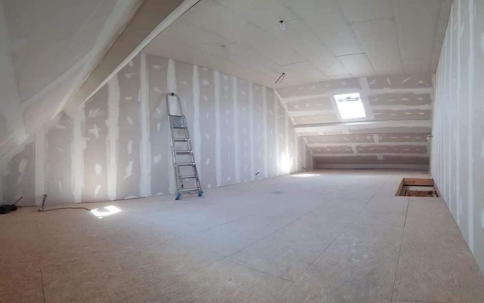 pose de cloison, velux, parquet, aménagement d'un grenier en sous-pente