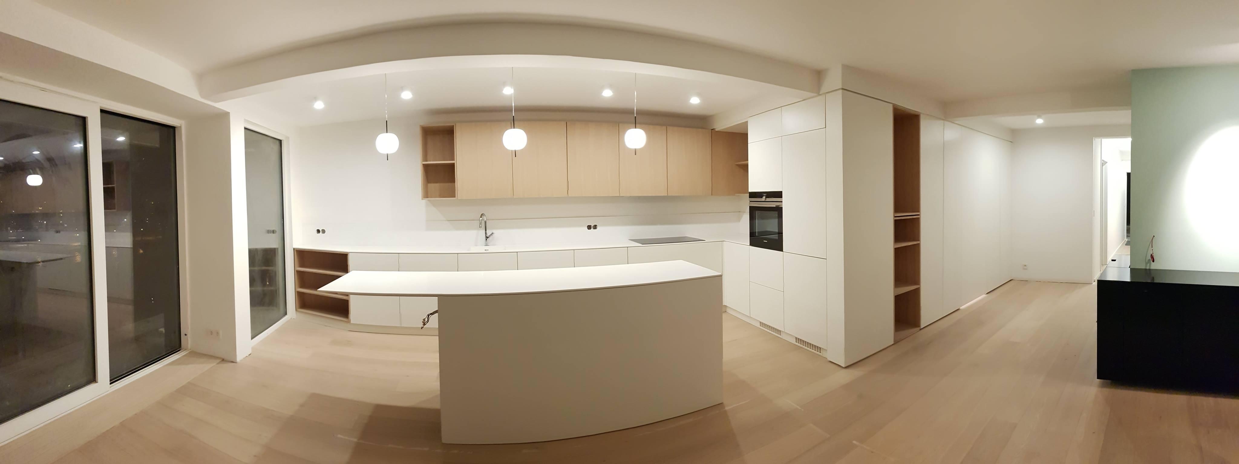 Réalisation d'une cuisine sur mesure à Liège, avec faux-plafond, parquet et meuble placard d'entrée.
