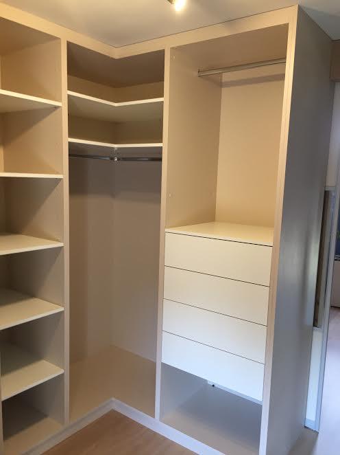 Dressing intérieur avec penderies, étagères en coin et tiroirs