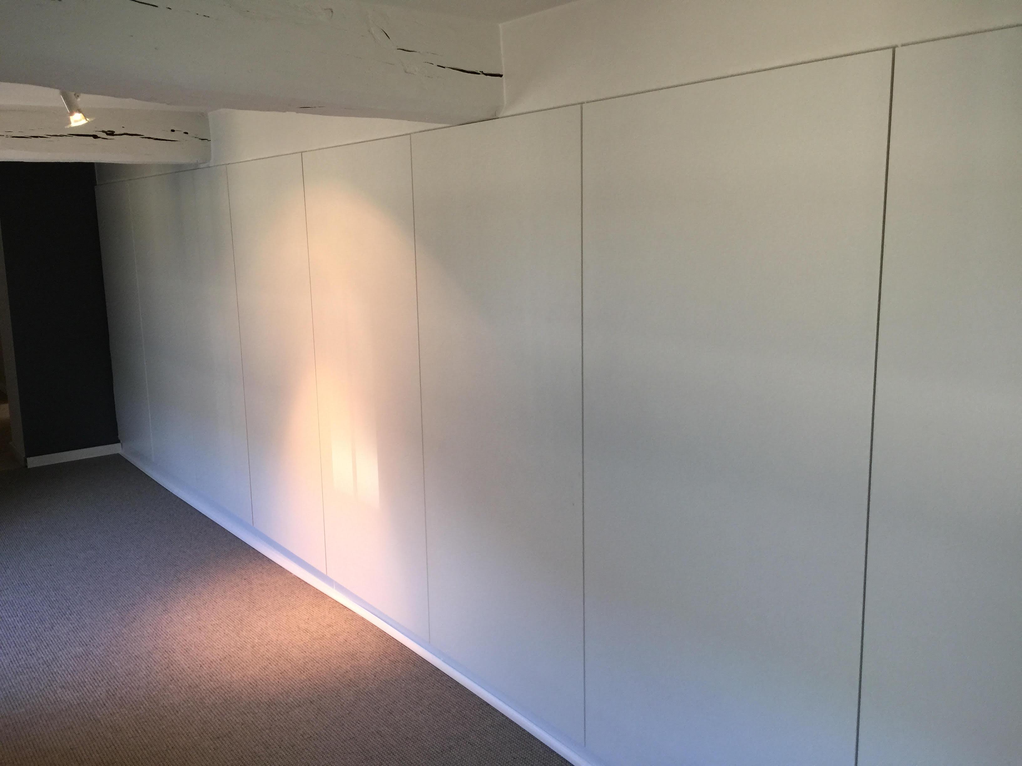 Meuble réalisé dans un grenier avec portes poussoir, aménagement de grenier