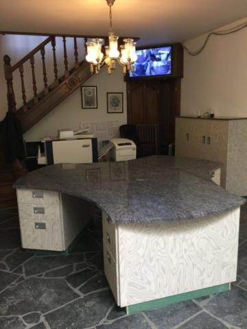 Bureau en marbre réalisé pour un funérarium - Mobilier sur mesure