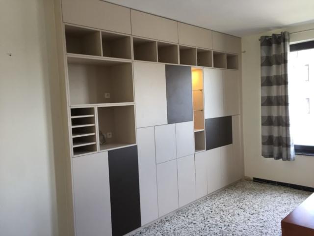 Meuble salon cubique bicolore avec différents espaces de rangement et prises encastrées - Mobilier sur mesure