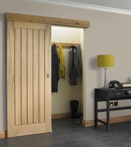 porte coulissante bois rainuré vestibule élégant et gain de place