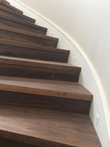 Escalier en bois foncé