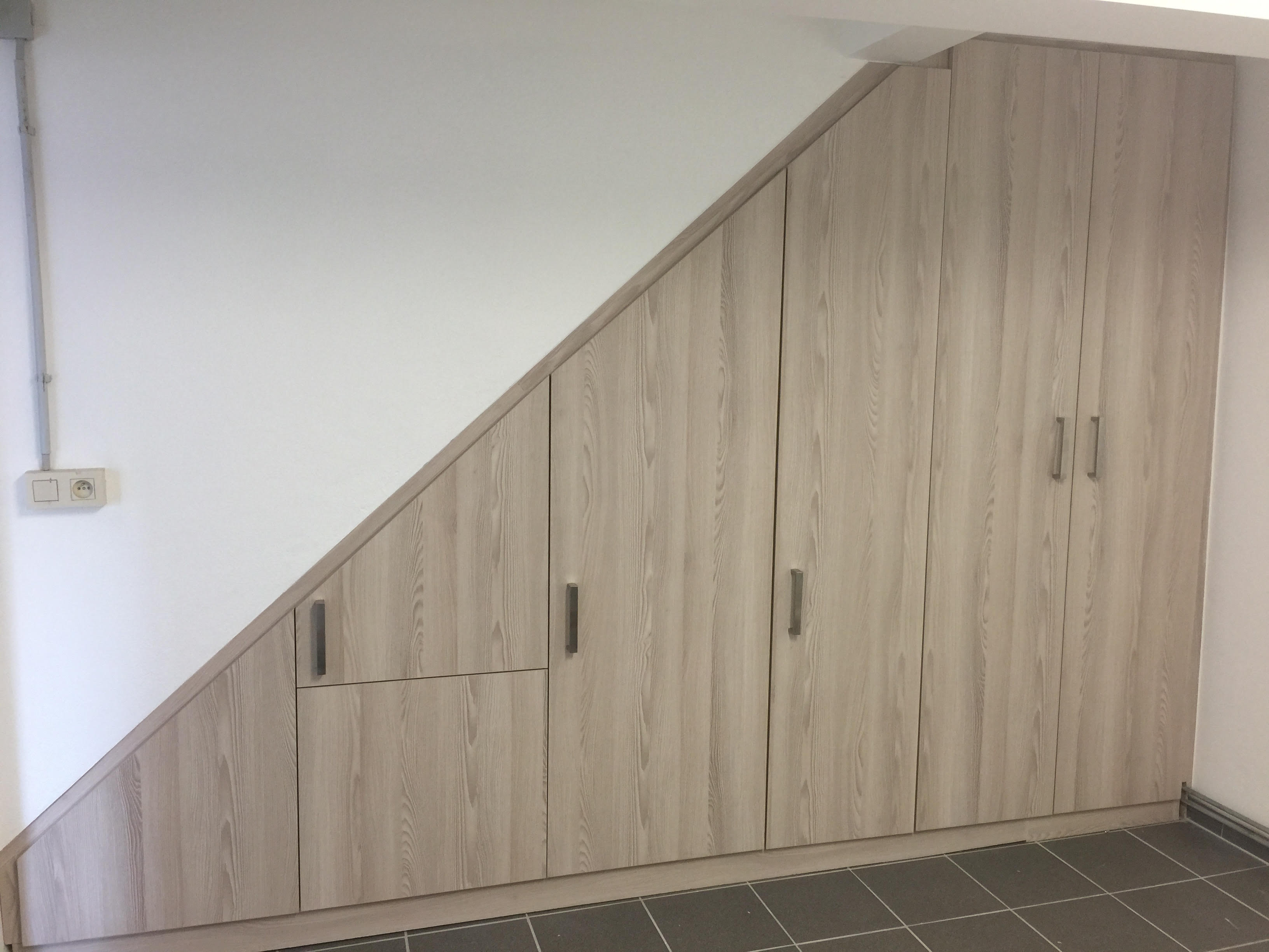 Meuble sous-escalier en stratifié bois - Mobilier sur mesure
