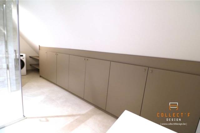 Espace de rangement sur-mesure en sous-pente réalisé en partenariat avec Collectif Design. Idéal pour optimiser votre espace ! Aménagement de grenier
