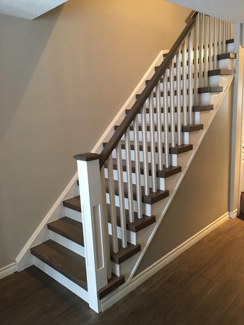 Escalier contrasté, marches foncées et contre-marches blanches