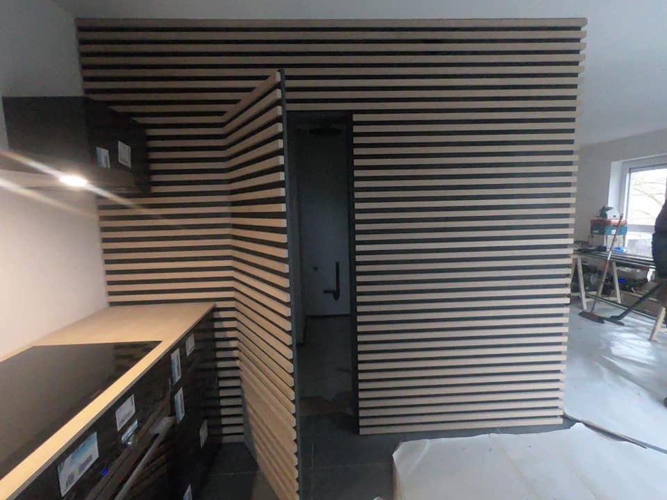 Réalisation d'une cloison en MDF noir avec lattes en bois pour une finition moderne et élégante